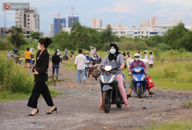 Như chưa từng có dịch Covid-19: Một số người dân ở Sài Gòn vẫn vô tư tập trung hóng mát, thả diều, bỏ luôn khẩu trang để chụp ảnh - Ảnh 10.