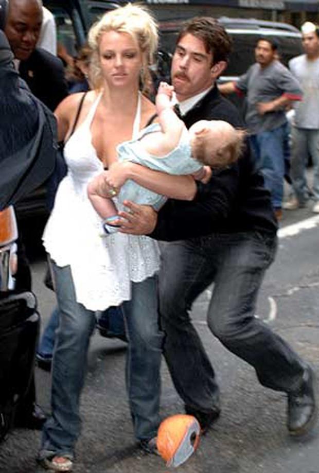 Khoảnh khắc buồn của ngành giải trí Mỹ: Britney Spears bụng mang dạ chửa ôm con khóc trong quán cafe vì bị 321 paparazzi bao vây - Ảnh 3.