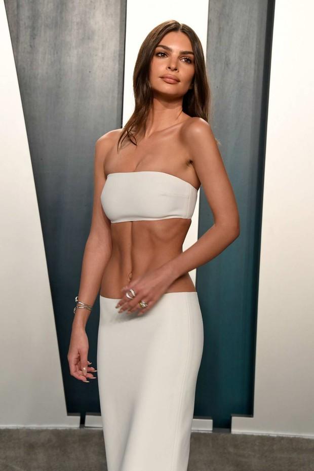 Nàng mẫu thích khoe vòng 1 nhất Hollywood: Hở bạo nhức mắt, đam mê chụp nude, cả lúc... cho con bú cũng tranh thủ phô ngực khủng - Ảnh 5.