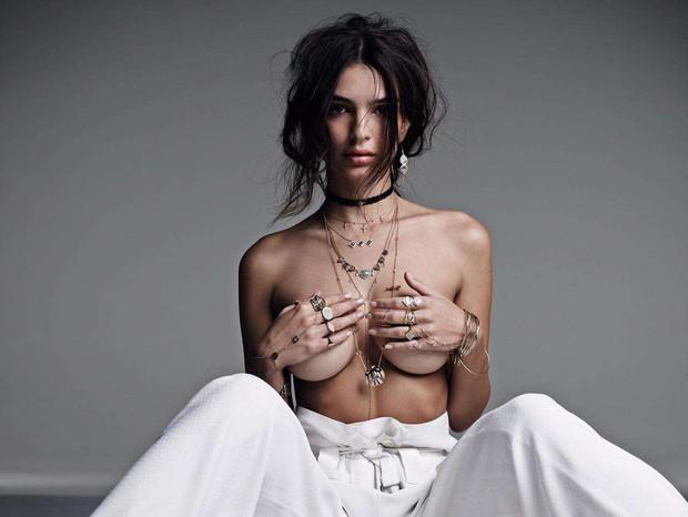 Nàng mẫu thích khoe vòng 1 nhất Hollywood: Hở bạo nhức mắt, đam mê chụp nude, cả lúc... cho con bú cũng tranh thủ phô ngực khủng - Ảnh 4.