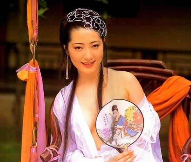 Mỹ nhân vòng 1 đẹp nhất châu Á hóa thành dâm phụ Phan Kim Liên đình đám, sau phải cắt ngực và cái kết bất ngờ bên chồng đại gia - Ảnh 3.