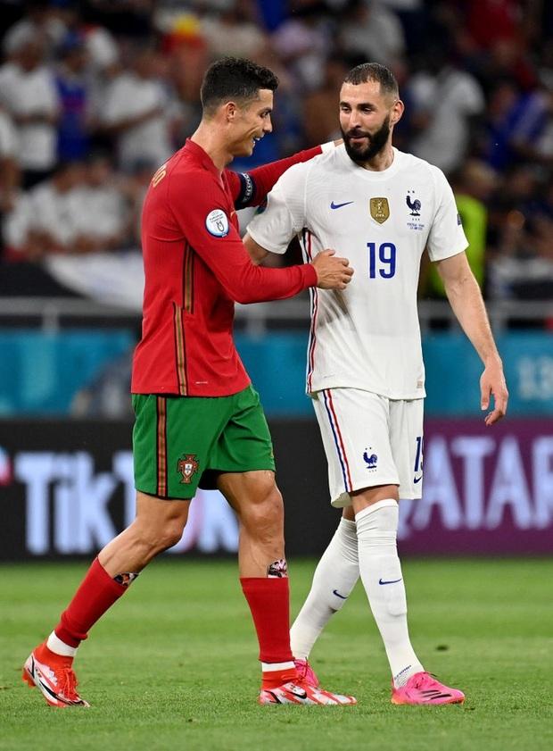 Ngay khi Bồ Đào Nha bị Pháp chọc thủng lưới, Ronaldo bỗng có hành động cực đặc biệt với cầu thủ ghi bàn của đối phương - Ảnh 2.