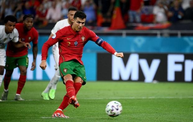 Ronaldo phá liên tiếp 2 kỷ lục vĩ đại nhất cấp đội tuyển quốc gia - Ảnh 1.