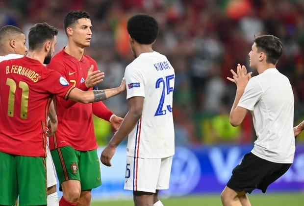 Đánh liều chạy vào sân, fan cuồng được Ronaldo nựng má cưng xỉu: Biểu cảm của chàng trai chứng minh CR7 vĩ đại thế nào - Ảnh 1.