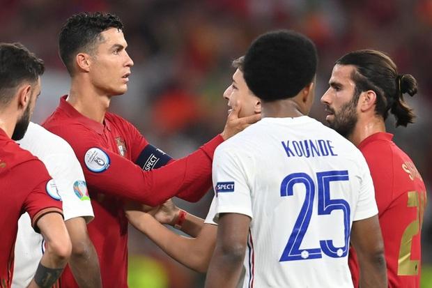 Đánh liều chạy vào sân, fan cuồng được Ronaldo nựng má cưng xỉu: Biểu cảm của chàng trai chứng minh CR7 vĩ đại thế nào - Ảnh 2.