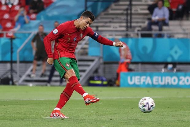 Ăn mừng bàn thắng, Ronaldo bị fan tuyển Pháp ném chai Coca-Cola vào người - Ảnh 1.