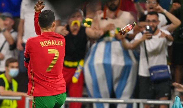 Ăn mừng bàn thắng, Ronaldo bị fan tuyển Pháp ném chai Coca-Cola vào người - Ảnh 2.