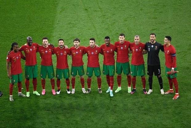 Tại sao Ronaldo toàn mặc áo dài tay thi đấu trong khi đồng đội mặc áo ngắn tay? - Ảnh 1.