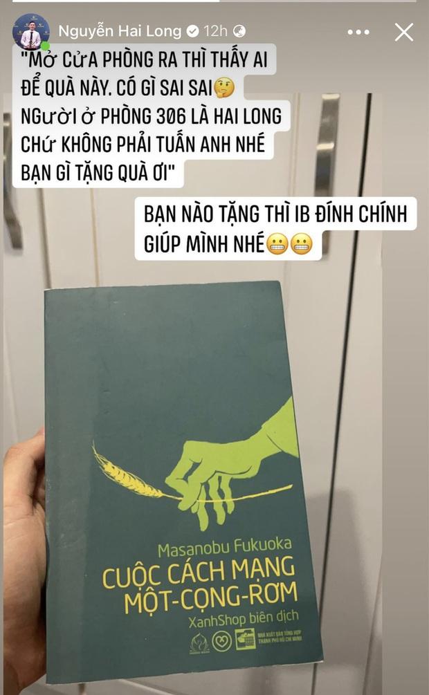 Tuyển thủ Việt Nam đang cách ly thì được tặng sách: Ngỡ ngàng và thấy sai sai - Ảnh 1.