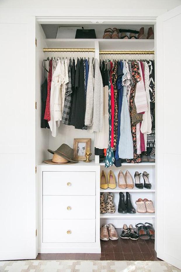Tủ quần áo sẽ bớt ngộp thở nếu bạn biết 8 mẹo lưu trữ thông minh này - Ảnh 3.