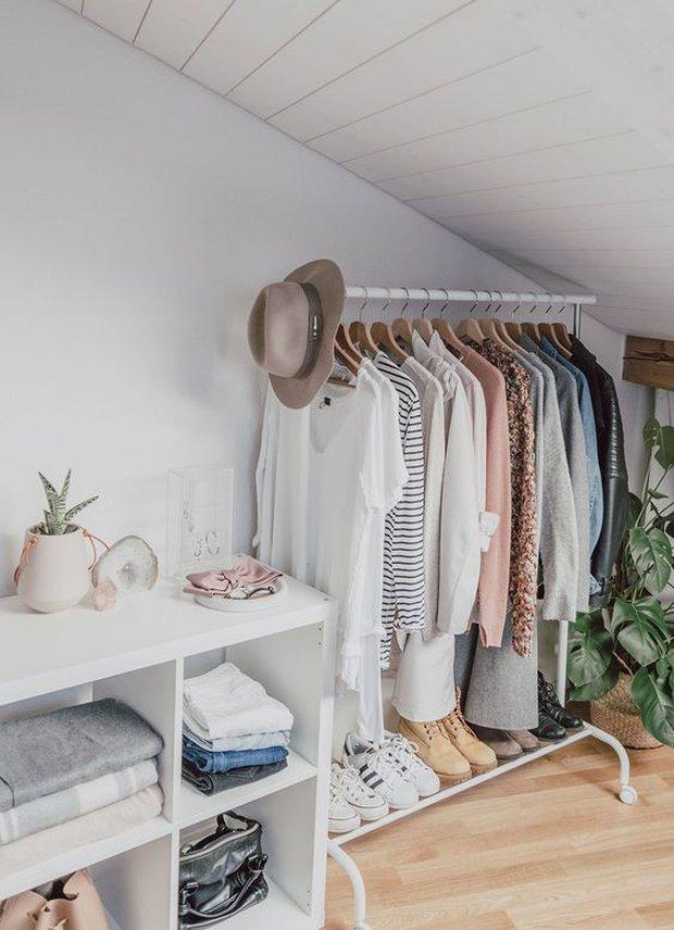 Tủ quần áo sẽ bớt ngộp thở nếu bạn biết 8 mẹo lưu trữ thông minh này - Ảnh 1.