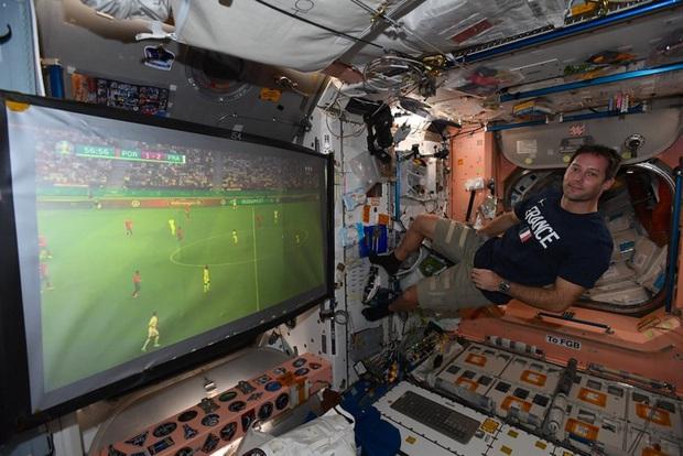Người duy nhất xem Euro 2020 từ bên ngoài Trái đất - Ảnh 1.