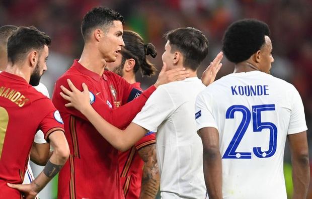 Đánh liều chạy vào sân, fan cuồng được Ronaldo nựng má cưng xỉu: Biểu cảm của chàng trai chứng minh CR7 vĩ đại thế nào - Ảnh 3.