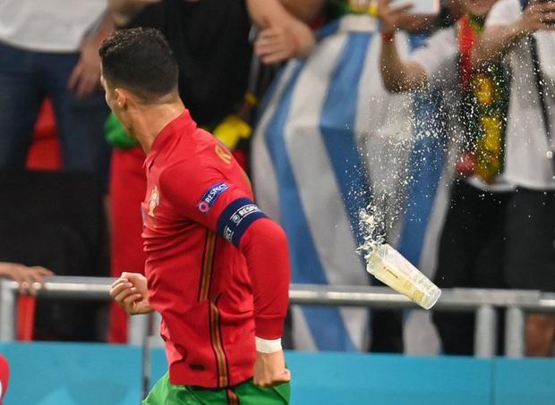 Ăn mừng bàn thắng, Ronaldo bị fan tuyển Pháp ném chai Coca-Cola vào người - Ảnh 4.