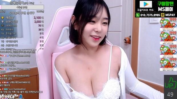 Cúi người sát camera để cảm ơn fan donate, nữ streamer xinh đẹp khoe vòng một khủng, suýt nữa hớ hênh luôn điểm nhạy cảm - Ảnh 7.