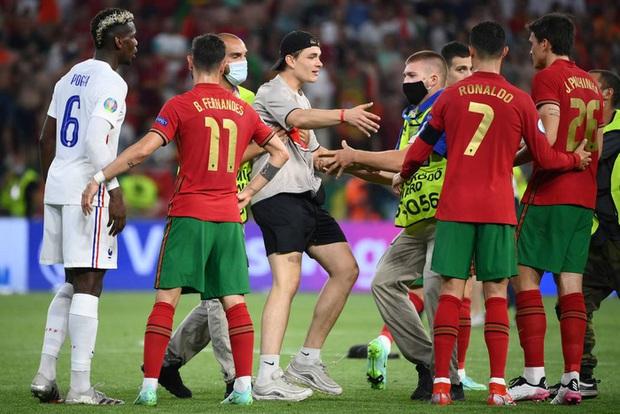 Ăn mừng bàn thắng, Ronaldo bị fan tuyển Pháp ném chai Coca-Cola vào người - Ảnh 7.