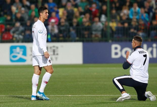 Đánh liều chạy vào sân, fan cuồng được Ronaldo nựng má cưng xỉu: Biểu cảm của chàng trai chứng minh CR7 vĩ đại thế nào - Ảnh 9.
