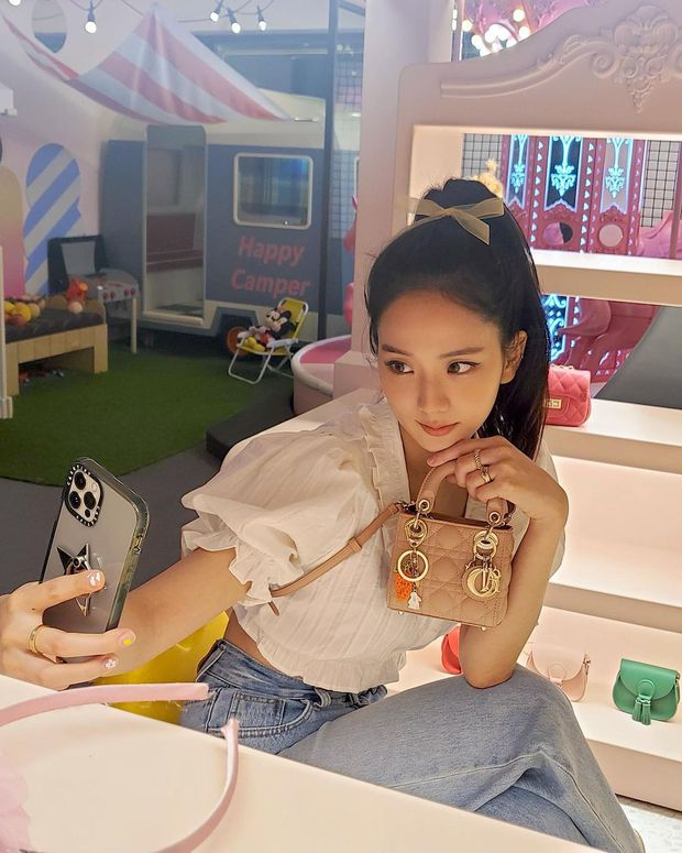 """Jisoo xinh xắn với áo blouse 1 triệu, có nhiều mẫu na ná giá chỉ vài trăm bạn dư sức """"múc"""" - Ảnh 1."""