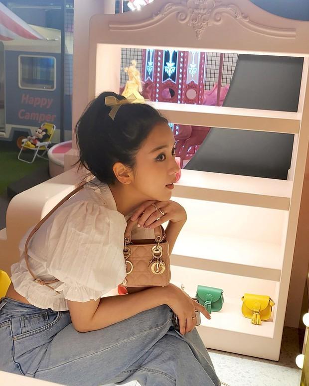 """Jisoo xinh xắn với áo blouse 1 triệu, có nhiều mẫu na ná giá chỉ vài trăm bạn dư sức """"múc"""" - Ảnh 2."""