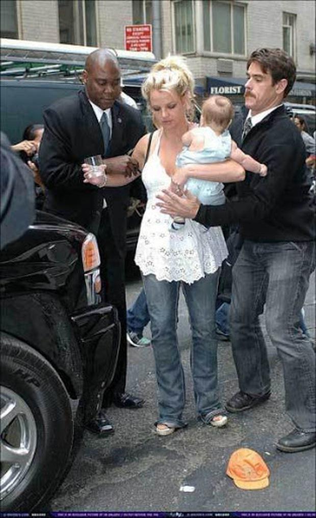 Khoảnh khắc buồn của ngành giải trí Mỹ: Britney Spears bụng mang dạ chửa ôm con khóc trong quán cafe vì bị 321 paparazzi bao vây - Ảnh 2.