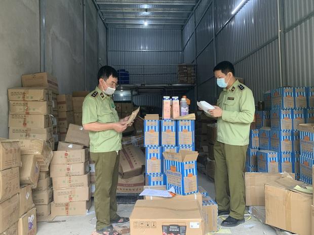 Hà Nội: Kinh hãi hàng tấn nguyên liệu trà sữa ẩm mốc, không xuất xứ được phát hiện - Ảnh 1.