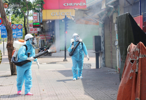 Chuyện chú Tám Sang bỏ tiền túi hàng trăm triệu đồng để cùng biệt đội khử khuẩn đi diệt Covid-19 khắp Sài Gòn - Ảnh 10.