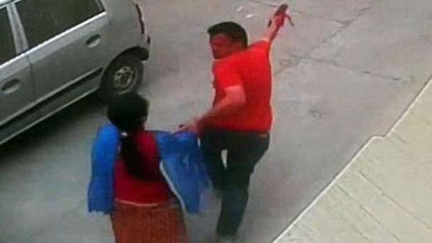 Thai phụ bị tấn công cưỡng hiếp giữa phố, cố tháo chạy cầu cứu người qua đường thì rơi vào thảm cảnh còn kinh tởm hơn - Ảnh 1.