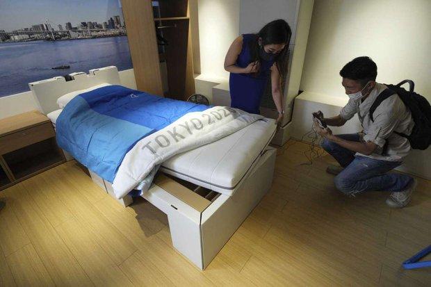 Nhật Bản lắp giường giấy ngăn vận động viên Olympic mây mưa - Ảnh 2.