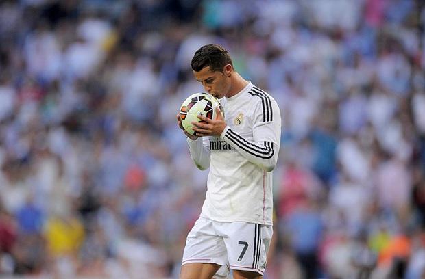Hành động đặc biệt của Ronaldo với trái bóng trước khi ghi cả 2 bàn thắng vào lưới tuyển Pháp - Ảnh 2.