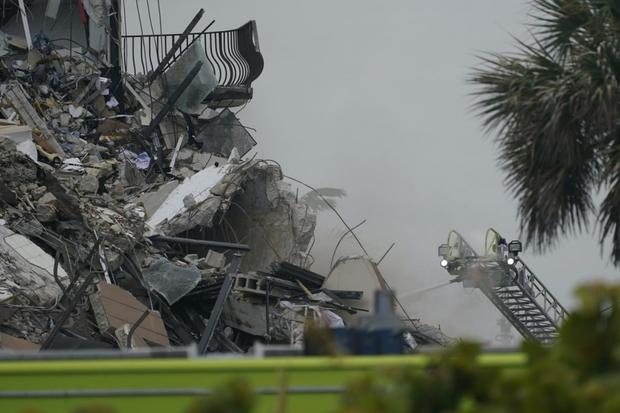 Hiện trường đổ nát vụ sập chung cư kinh hoàng ở Miami (Mỹ) - Ảnh 2.