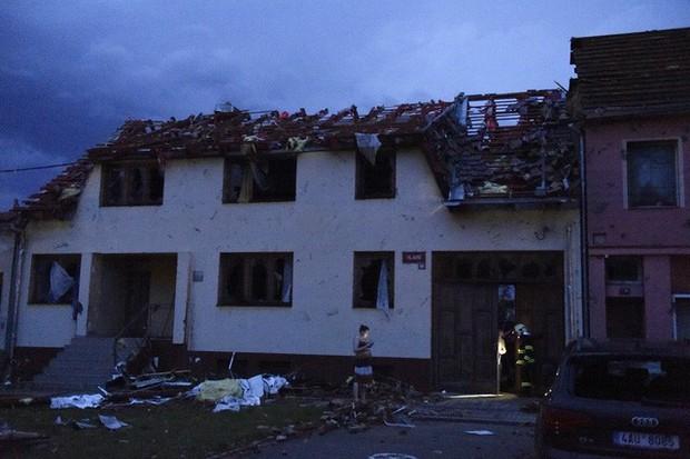 Lốc xoáy gây thiệt hại nặng nề tại Czech, hơn 200 người bị thương - Ảnh 1.