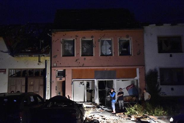 Lốc xoáy gây thiệt hại nặng nề tại Czech, hơn 200 người bị thương - Ảnh 2.