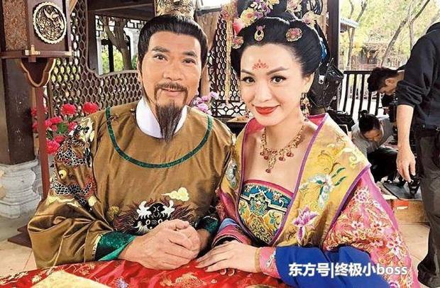Sao Ỷ Thiên Đồ Long Ký: 70 tuổi vẫn bỏ vợ theo người đẹp đáng tuổi con, tặng tình trẻ hàng trăm tỷ đồng - Ảnh 3.