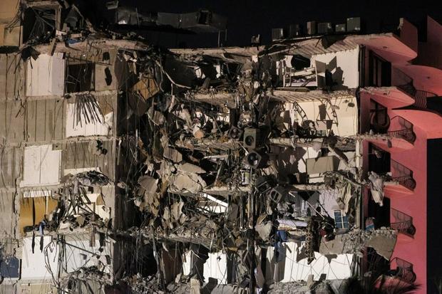 Hiện trường đổ nát vụ sập chung cư kinh hoàng ở Miami (Mỹ) - Ảnh 11.
