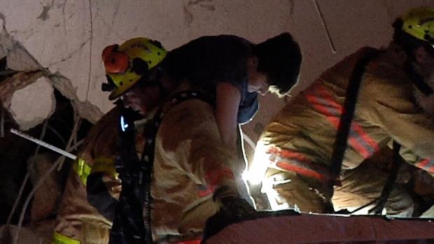 Hiện trường đổ nát vụ sập chung cư kinh hoàng ở Miami (Mỹ) - Ảnh 15.