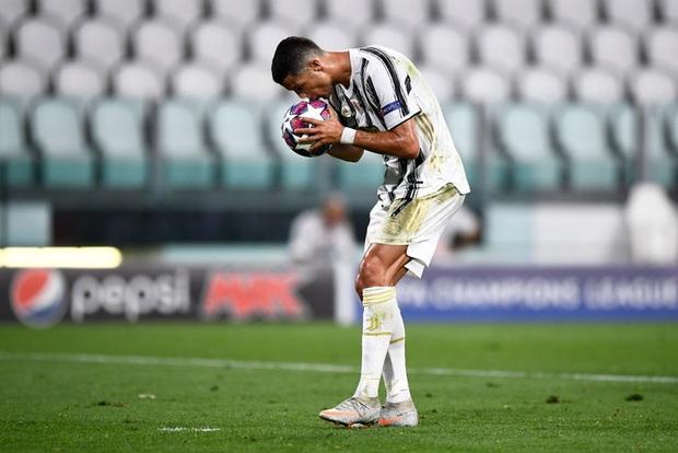 Hành động đặc biệt của Ronaldo với trái bóng trước khi ghi cả 2 bàn thắng vào lưới tuyển Pháp - Ảnh 3.