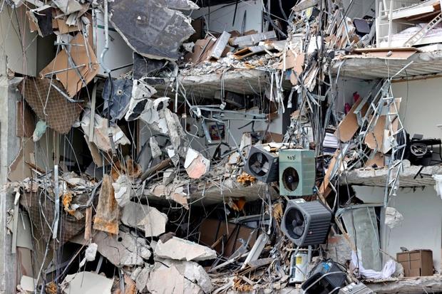 Hiện trường đổ nát vụ sập chung cư kinh hoàng ở Miami (Mỹ) - Ảnh 4.