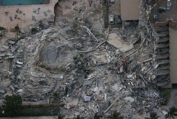 Hiện trường đổ nát vụ sập chung cư kinh hoàng ở Miami (Mỹ) - Ảnh 10.