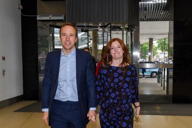 Vụ ngoại tình chấn động Anh Quốc: Bộ trưởng Y tế lộ clip ôm hôn trợ lý ngay giữa văn phòng dù đã có vợ 15 năm đầu ấp tay gối - Ảnh 4.