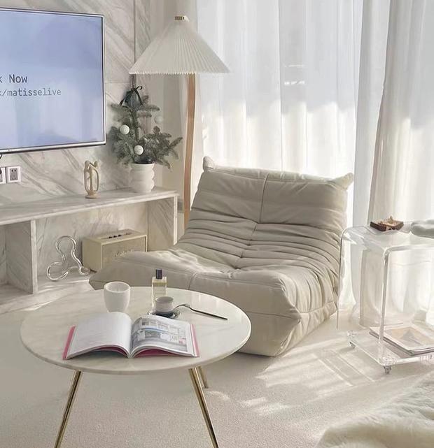 Decor phòng xịn xò với nội thất trắng kem giống Linh Ngọc Đàm: Rèm, tủ giá mềm nhưng ghế sofa muốn đẹp phải chịu chi - Ảnh 9.