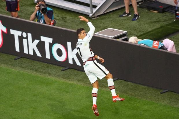Ronaldo mừng bàn thắng ra sao mà để HLV Hungary chỉ trích làm màu và gây khó chịu cho người khác? - Ảnh 1.