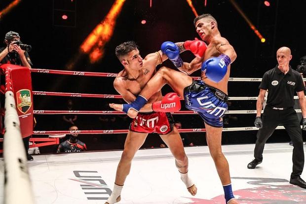 Học đòi Mike Tyson cắn đối thủ, võ sĩ có biệt danh Rắn hổ mang phải nhận cái kết đắng - Ảnh 1.