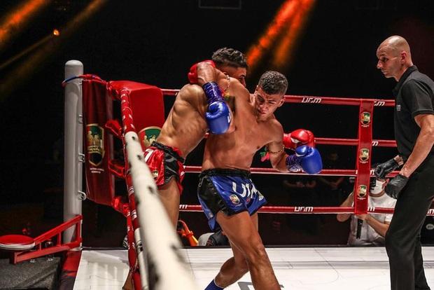 Học đòi Mike Tyson cắn đối thủ, võ sĩ có biệt danh Rắn hổ mang phải nhận cái kết đắng - Ảnh 2.