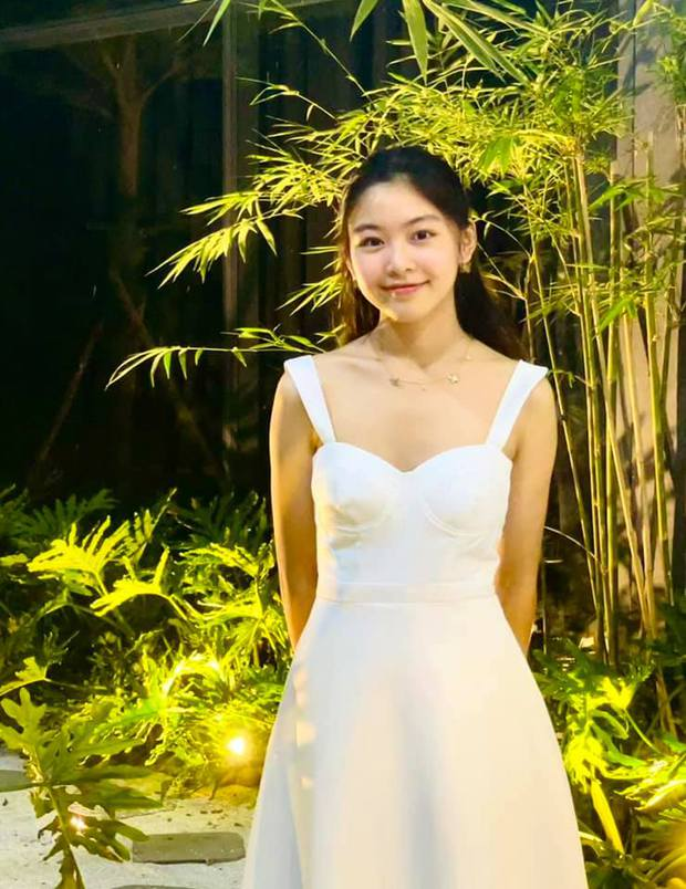 Chùm ảnh: Lọ Lem nhà MC Quyền Linh xinh quá, đứng giữa biệt thự 21 tỷ ngập hoa trái lại càng xinh - Ảnh 1.