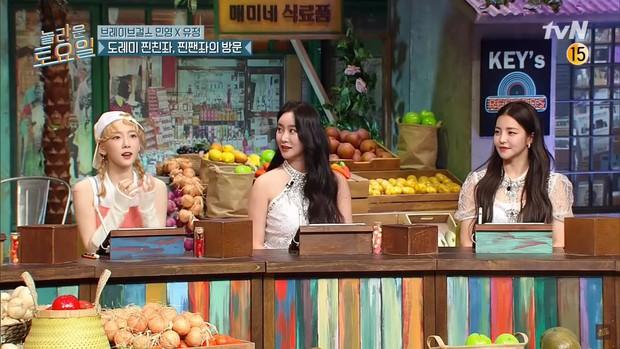 Taeyeon (SNSD) ngồi cạnh nhóm nữ hồi sinh sau 10 năm: Rồi ai mới là tiền bối? - Ảnh 1.