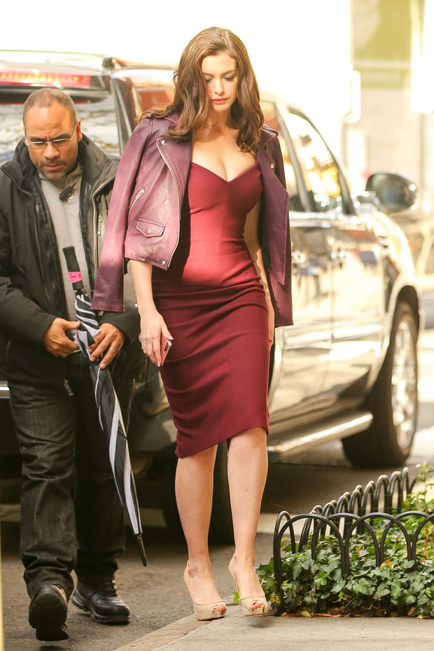 """Màn bức tử vòng 1 đi vào """"huyền thoại"""": Anne Hathaway lướt qua hậu trường mà sexy bí thở, đôi gò bồng đảo như sắp tràn ra ngoài - Ảnh 5."""