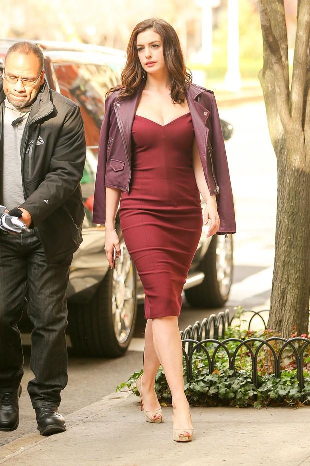 """Màn bức tử vòng 1 đi vào """"huyền thoại"""": Anne Hathaway lướt qua hậu trường mà sexy bí thở, đôi gò bồng đảo như sắp tràn ra ngoài - Ảnh 4."""