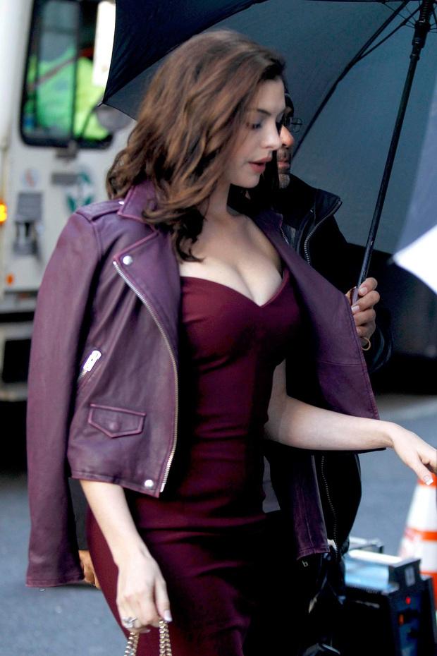 """Màn bức tử vòng 1 đi vào """"huyền thoại"""": Anne Hathaway lướt qua hậu trường mà sexy bí thở, đôi gò bồng đảo như sắp tràn ra ngoài - Ảnh 2."""