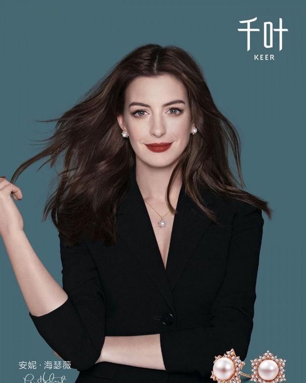 """Màn bức tử vòng 1 đi vào """"huyền thoại"""": Anne Hathaway lướt qua hậu trường mà sexy bí thở, đôi gò bồng đảo như sắp tràn ra ngoài - Ảnh 8."""