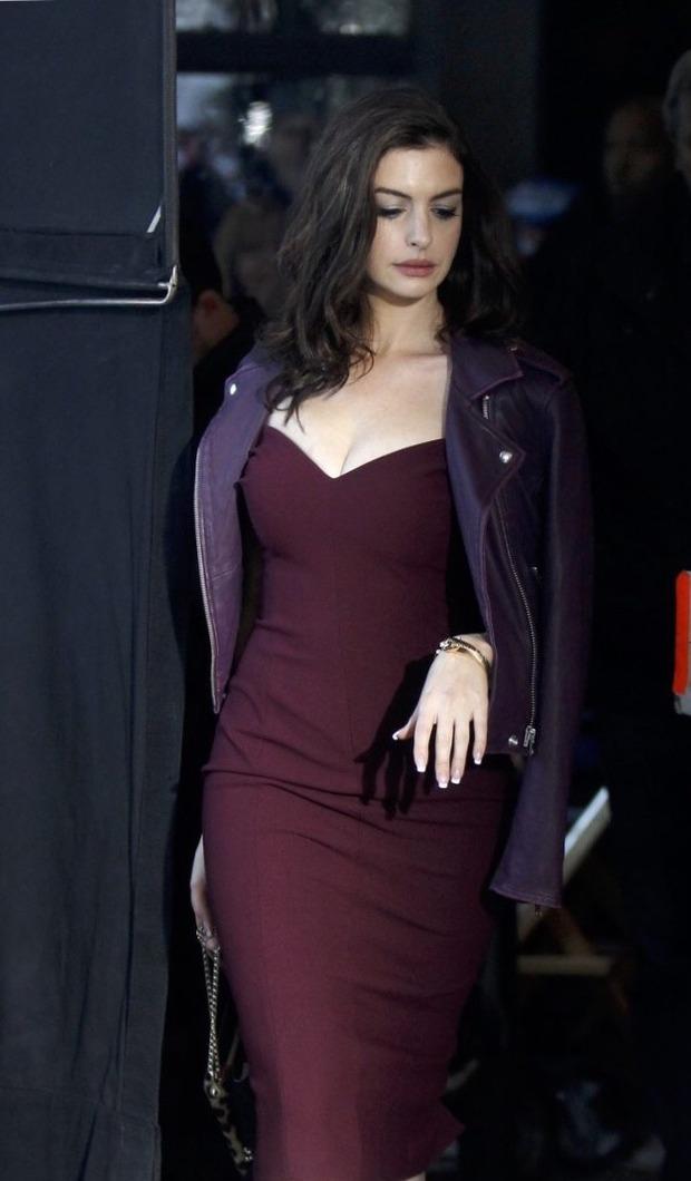"""Màn bức tử vòng 1 đi vào """"huyền thoại"""": Anne Hathaway lướt qua hậu trường mà sexy bí thở, đôi gò bồng đảo như sắp tràn ra ngoài - Ảnh 3."""